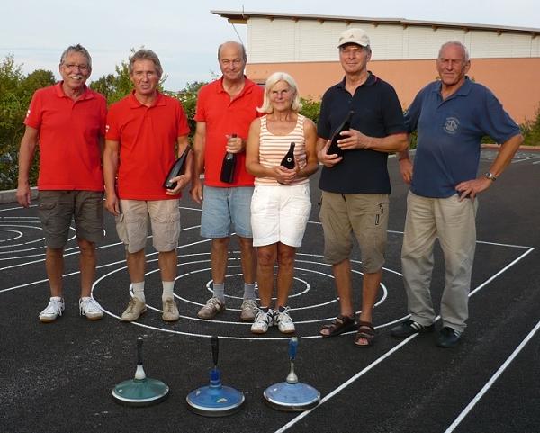 v.l. Anton Fröschl, Dieter und Reinhilde Willmann und Reinhard Ferstl mit Schiedsrichter Peter Richter (r.) und Vorstand Adi Ottl (l.)