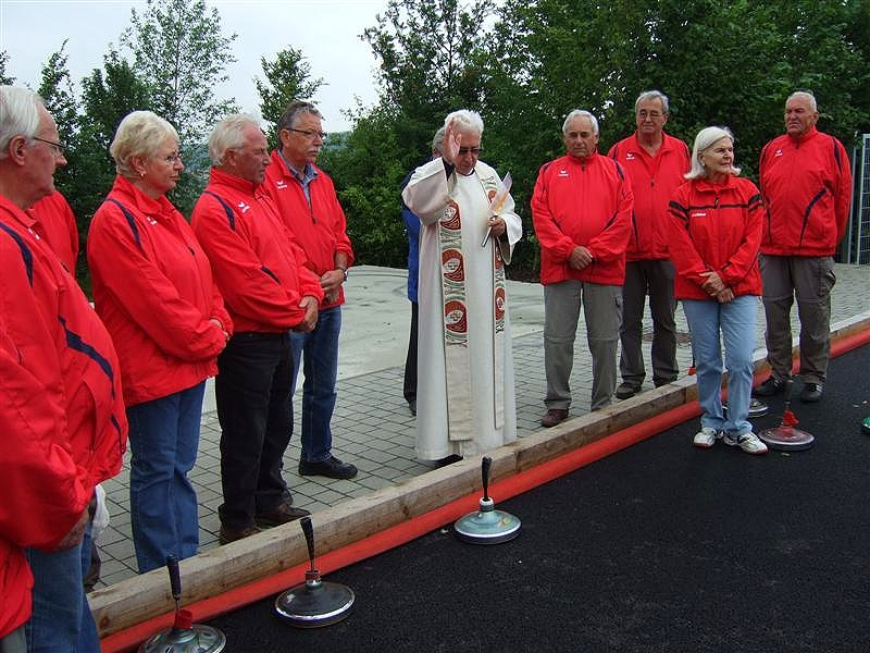 Stadtpfarrer Rabl spendete im Beisein vieler aktiver Stockschützen der neuen Drei-Bahnen-Anlage den kirchlichen Segen.