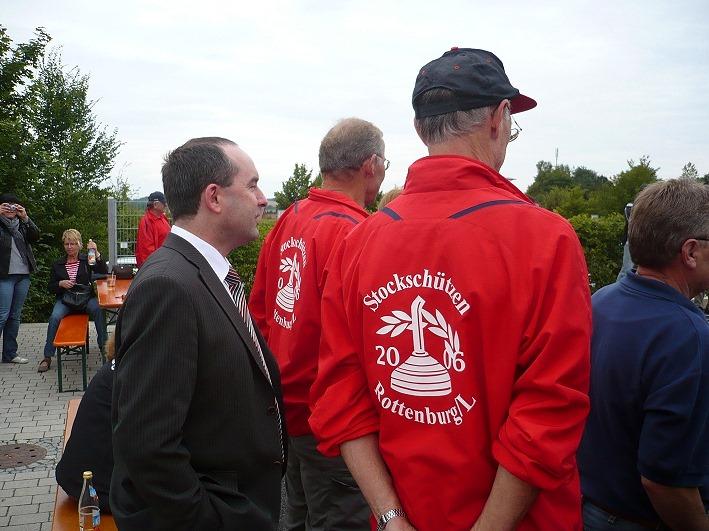 Wenn auch aus zweiter Reihe, dennoch fachkundig, verfolgte Abgeordneter Hubert Aiwanger die Stadtmeisterschaft der Stockschützen.