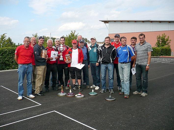 Die drei erstplatzierten Mannschaften mit Schirmherrn, Vorstand und Turnierleiter.