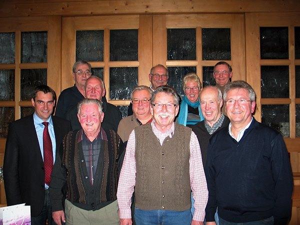 """Bürgermeister Alfred Holzner (links) gratulierte der """"alten und neuen"""" Vorstandschaft der Rottenburger Stockschützen mit ihrem Vorsitzenden Adi Ottl (Mitte) zu ihrer Wiederwahl."""