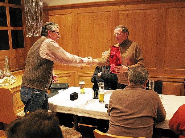 Martin Heinrich (rechts) dankte Vorstand Adi Ottl mit einem Geschenk.
