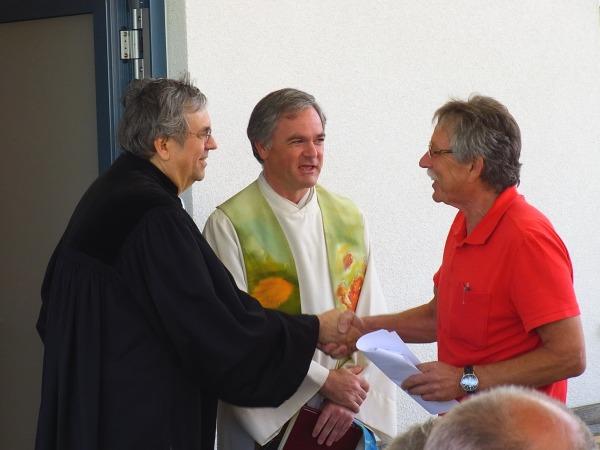 Die Pfarrer Nauhauser und Pöschl sprechen Adolf Ottl die besten Wünsche für das neue Vereinsheim aus